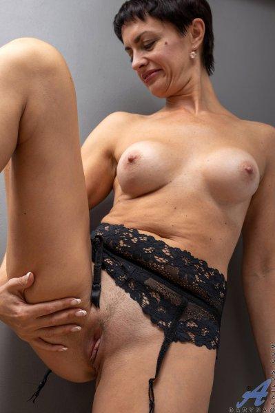 Домохозяйка показывает свое идеальное тело