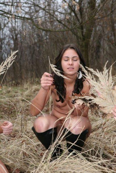 Нудистки в лесу