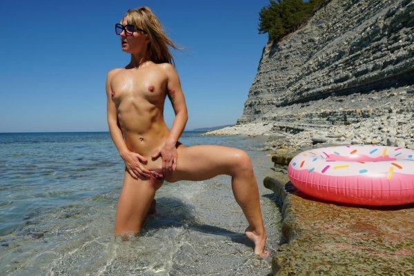 Нудистка на общественном пляже