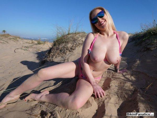 Блондинка в микро-бикини