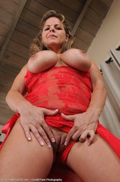 Горячая зрелка в красном белье играет с большими сиськами