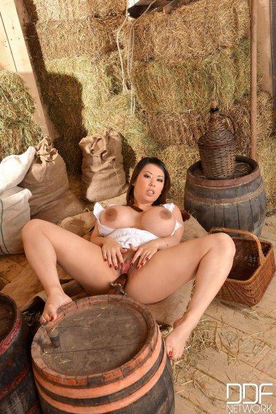 Грудастая азиатка на ферме