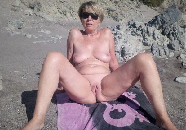 Ню с диких пляжей