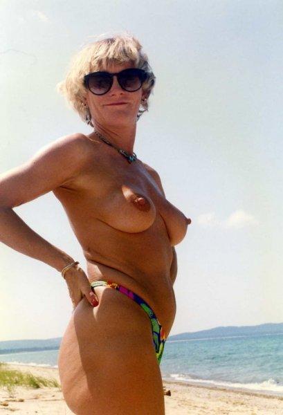 Обнаженная ретро милфа-нудистка на пляже