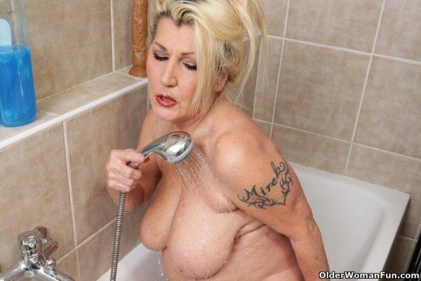 Зрелая дама с вибратором мастурбирует в ванне
