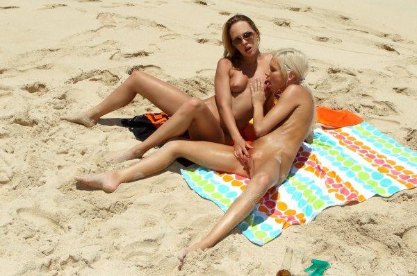 Подружки устроили горячую оргию на пляже