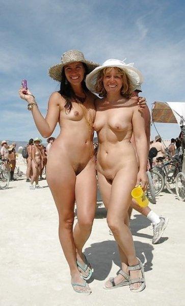 Красивые сиськи девочек на пляже
