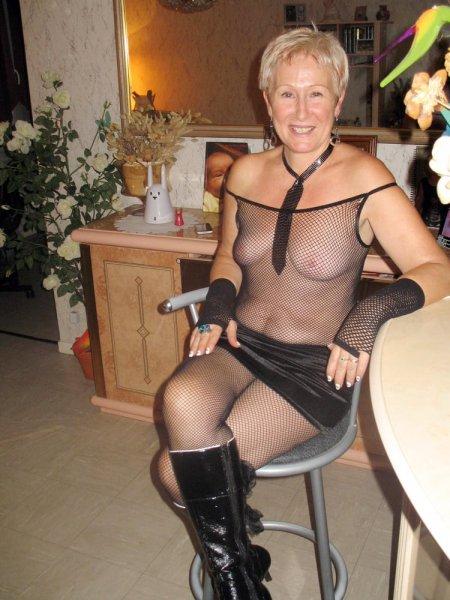 Зрелые тётки чувственно позируют в сетке