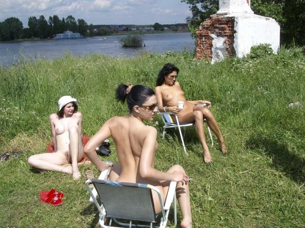 Девчонки на нудистском пляже устроили пикник