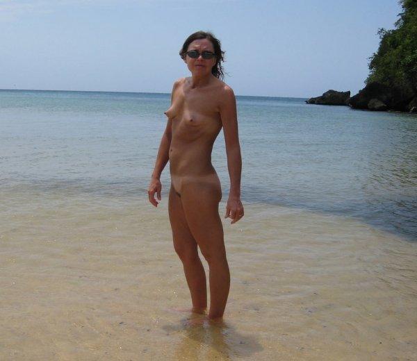 Милфа показала свое тело на пляже