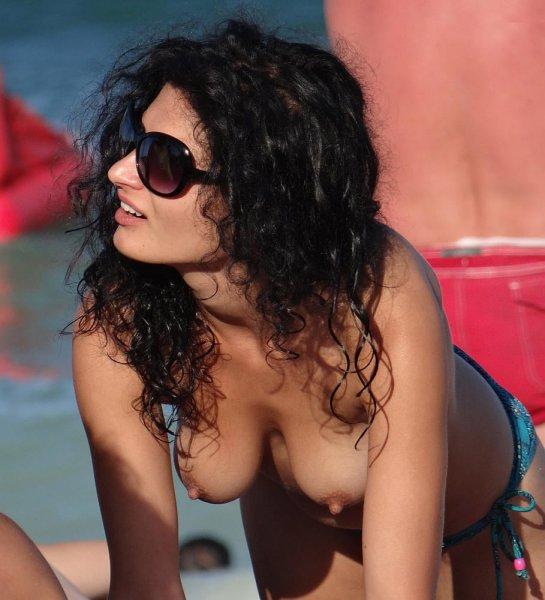 Девушки на пляже топлес