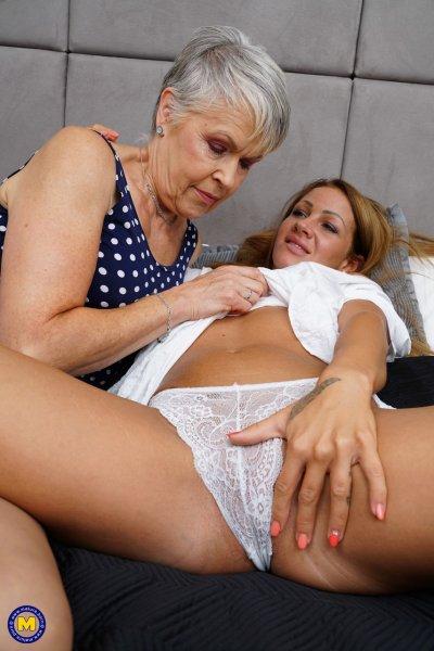 Зрелая леди наслаждается лесбийским сексом