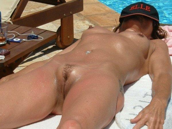 Загорелая красавицы без бикини у бассейна