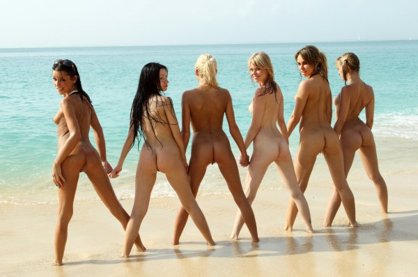 Миниатюрные тинки раздеваются на песчаном пляже