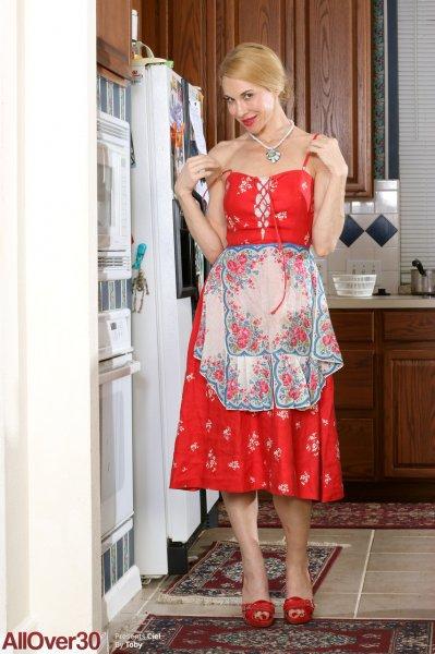 Домохозяйка за 40 устроила фотосессию на кухне