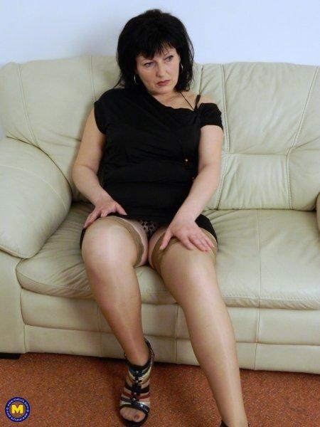 Одинокая дама в любительском ню