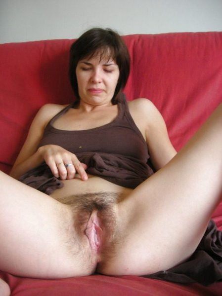 Обнаженные любительницы демонстрируют свои вагины