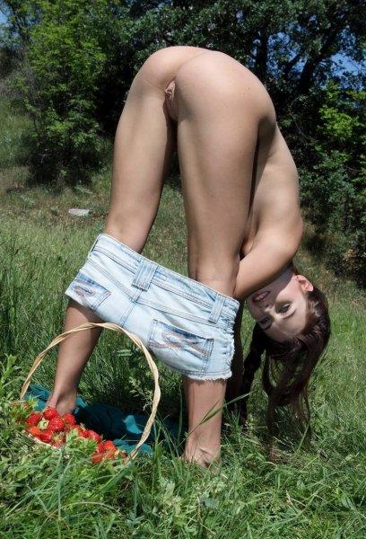 Девушки на прогулку не одели трусики