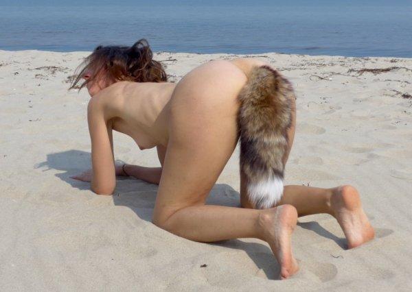 Раскрепощенная нудистка с хвостиком
