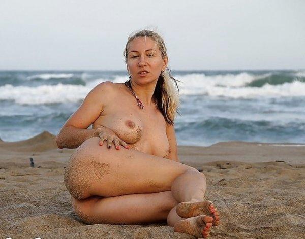 Голая блондинка на диком пляже