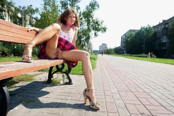 Девушки на прогулке без трусиков