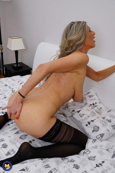 Милфа в любительском ню показывает свою фантастическую грудь