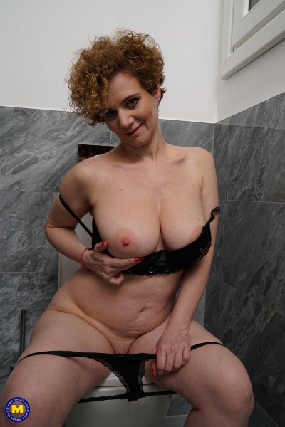 Кудрявая домохозяйка моет зрелую киску