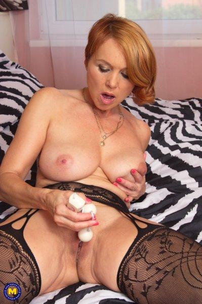 Зрелая домохозяйка наслаждается секс игрушками