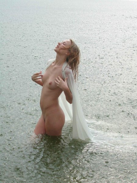 Сексапильные нудистки в реке