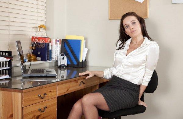 Зрелая секретарша устроила стриптиз