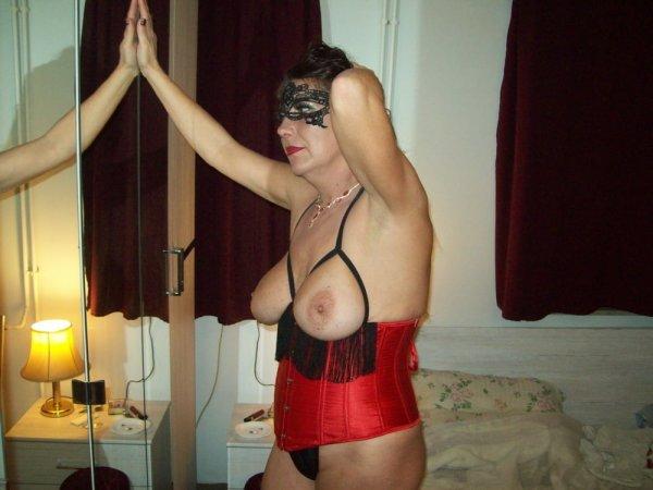 Зрелая жена в корсете и с анальной пробкой