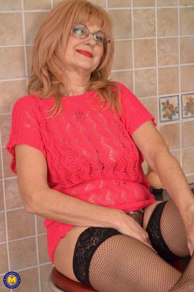 Зрелая домохозяйка раздевается и мастурбирует игрушкой на кухне
